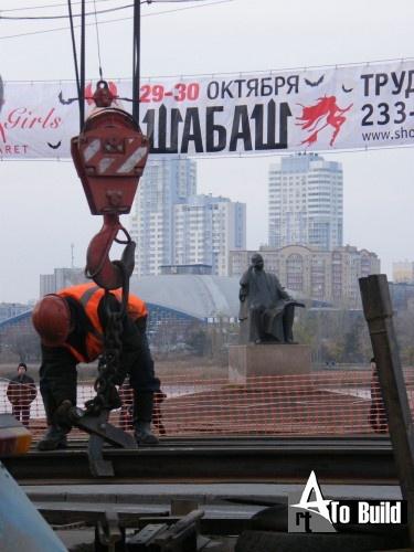 Меняют рельсы на перекрёстке Кирова-Труда